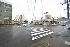 シェアハウス近くの交差点の様子。ドラッグストアやスーパーは徒歩1〜2分です。(2015-11-25,共用部,ENVIRONMENT,1F)