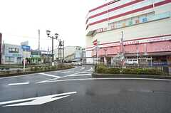 京成本線・志津駅前の様子。大型スーパーがあります。(2015-11-25,共用部,ENVIRONMENT,1F)