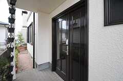 シェアハウスの正面玄関。(2013-07-26,周辺環境,ENTRANCE,1F)