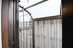 掃き出し窓の先は、屋根付きの物干しスペースです。(2013-07-26,共用部,OTHER,1F)