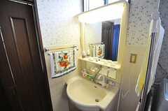 廊下側から見た洗面台の様子。(2013-07-26,共用部,OTHER,1F)