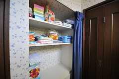 洗面台の対面には、洗面用具や脱衣を置くスペースがあります。(2013-07-26,共用部,OTHER,1F)