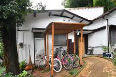 シェアハウスのアプローチ。奥が玄関です。(2017-10-17,周辺環境,ENTRANCE,1F)
