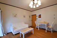 ダイニングの様子3。ソファとダイニングテーブルが用意されています。(2017-10-17,共用部,LIVINGROOM,1F)