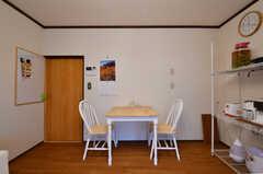 ダイニングテーブルの様子。チェアが2脚用意されています。ダイニングテーブルの脇に収納棚が設置されています。(2017-10-17,共用部,LIVINGROOM,1F)