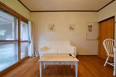 ソファの様子。ソファの対面にはテーブルが用意されています。(2017-10-17,共用部,LIVINGROOM,1F)