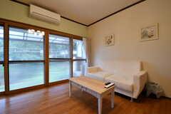 ソファの様子2。掃出し窓から庭へ出られます。(2017-10-17,共用部,LIVINGROOM,1F)