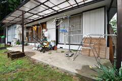 庭の様子。庭には物干しスペースが用意されています。物干しスペースの上には屋根が付いています。(2017-10-17,共用部,OTHER,1F)