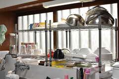 シンクの上には共用の食器が置かれています。(2017-10-17,共用部,KITCHEN,1F)