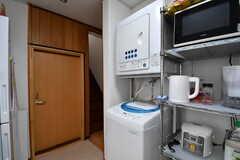 収納棚の脇に洗濯機と乾燥機が設置されています。(2017-10-17,共用部,LAUNDRY,1F)