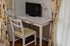 全室、机と椅子とTVが用意されています。(101号室)(2017-10-17,専有部,ROOM,1F)