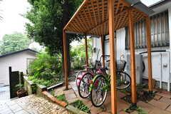 駐輪場の様子。駐輪場には共用の自転車が用意されています。(2017-10-17,共用部,GARAGE,1F)