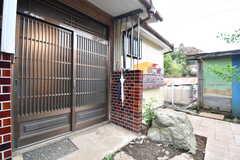 玄関の様子。玄関ドアの奥に郵便受けが設置されています。(2018-11-13,周辺環境,ENTRANCE,1F)