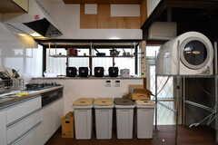 ガスコンロの脇は収納棚です。収納棚にはキッチン家電やキッチン道具が置かれています。(2018-11-13,共用部,KITCHEN,1F)