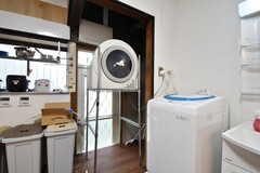 洗濯機の様子。洗濯機の脇に乾燥機が設置されています。(2018-11-13,共用部,LAUNDRY,1F)
