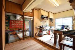 リビングの様子。奥がカフェスペースです。壁や床は運営事業者さんのDIYです。(2017-12-12,共用部,LIVINGROOM,1F)