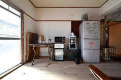 カフェスペースには電子レンジや冷蔵庫が置かれています。冷蔵庫の脇にアラジン社の灯油ストーブが置かれています。(2017-12-12,共用部,LIVINGROOM,1F)