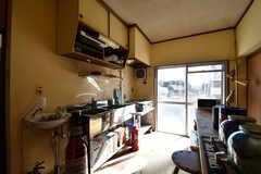キッチンの様子2。シンクが2箇所、ガスコンロが1箇所設置されています。(2017-12-12,共用部,KITCHEN,1F)