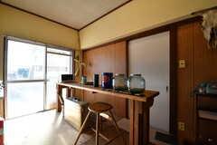 キッチンの対面に棚が設置されています。棚には電子レンジが置かれています。掃出し窓からテラスへ出られます。(2017-12-12,共用部,KITCHEN,1F)