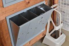 階段の脇にポストが設置されています。 ポストは専有部ごとに2箇所使用することができます。 (2017-12-12,周辺環境,ENTRANCE,1F)