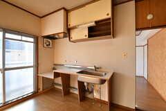 キッチンの様子。キッチンの上には吊り戸棚が設置されています。(202号室)(2017-12-12,専有部,ROOM,2F)