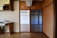 キッチンの脇が専有部です。(202号室)(2017-12-12,専有部,ROOM,2F)