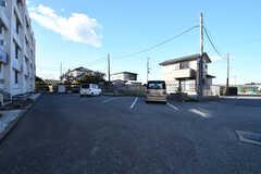 表玄関周辺の様子。奥は駐車場です。(2017-12-12,共用部,GARAGE,1F)