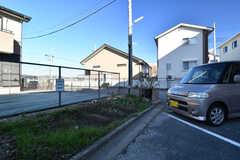 駐車場の対面は家庭菜園として利用することができます。(2017-12-12,共用部,GARAGE,1F)