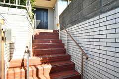 玄関へは階段を上ります。(2020-03-03,周辺環境,ENTRANCE,1F)