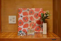 玄関には花をモチーフにした飾りが並びます。(2020-03-03,周辺環境,ENTRANCE,1F)