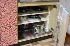 フライパンや鍋類はコンロ下に収納されています。(2020-03-03,共用部,KITCHEN,1F)