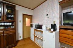 キッチン家電の様子。下段のボックスや収納スペースは入居者さんが部屋ごとに使用できます。(2020-03-03,共用部,KITCHEN,1F)