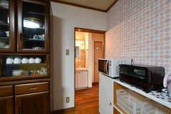 キッチンの奥に水まわり設備が集まっています。(2020-03-03,共用部,OTHER,1F)