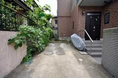 自転車置場の様子。管理人さんが車を停めるので、自動車は不可。(2009-06-15,共用部,GARAGE,1F)