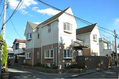 建物は角地に建てられています。(2012-12-10,共用部,OUTLOOK,1F)