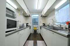 キッチンの様子。シンクとコンロが2つずつ、向かい合った形で設置されています。(2012-12-10,共用部,KITCHEN,1F)