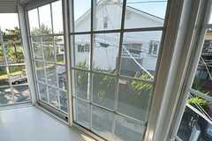 窓から、建物前にある公園を眺めることができます。(202号室)(2012-12-10,専有部,ROOM,2F)