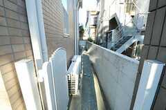 自転車置き場は、建物脇の通路の先に2箇所あります。(2012-12-10,共用部,OTHER,1F)