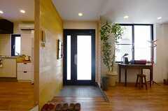 内部からみた玄関まわりの様子。段差のところで靴を脱ぎます。(2013-07-09,周辺環境,ENTRANCE,1F)