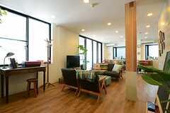 ラウンジの様子3。手前にTVを囲んだソファスペース、奥にカフェスペース&キッチンがあります。(2013-07-09,共用部,LIVINGROOM,1F)