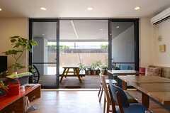 掃き出し窓を開けると、テラスと一体となります。(2013-07-09,共用部,LIVINGROOM,1F)