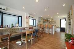 テラスからキッチンを眺めるとこんな感じ。(2013-07-09,共用部,LIVINGROOM,1F)