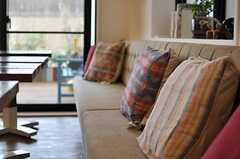 カフェスペースのソファの様子。さまざまなクッションが並んでいます。(2013-07-09,共用部,LIVINGROOM,1F)