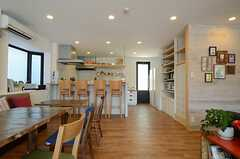 テラスからキッチンを眺めるとこんな感じ2。(2013-07-09,共用部,LIVINGROOM,1F)