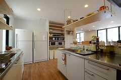 キッチンの様子4。大型の冷蔵庫が2台、となりに食器棚があります。(2013-07-09,共用部,KITCHEN,1F)
