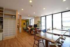キッチンからみたソファスペースの様子。(2013-07-09,共用部,LIVINGROOM,1F)