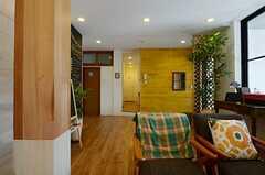 ソファスペースからみた玄関まわりの様子。正面奥に、サブキッチンがあります。(2013-07-09,共用部,KITCHEN,1F)