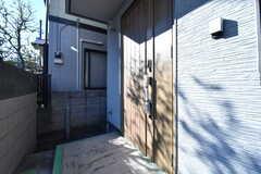玄関の様子。玄関の周辺に郵便受けと宅配ボックスを設置予定とのこと。(2019-04-03,周辺環境,ENTRANCE,1F)