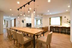 ダイニングテーブルの様子5。奥にカウンターテーブルが設置されています。(2019-04-03,共用部,LIVINGROOM,1F)