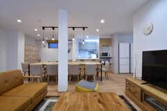 リビングの様子4。ダイニングテーブルの奥がキッチンです。(2019-04-03,共用部,LIVINGROOM,1F)